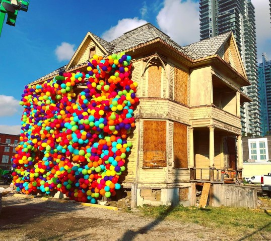 Enoch House covered in Maria Galura's balloons.